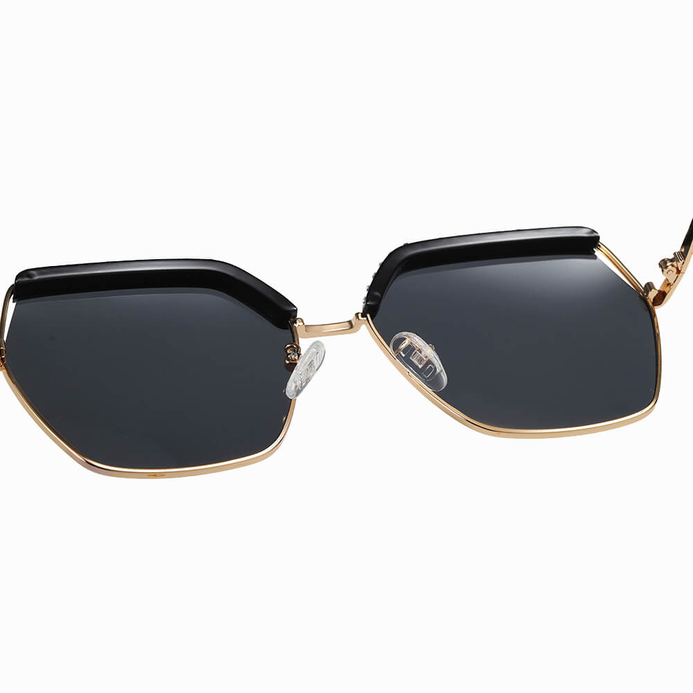 Adjustable nose pad for this geometric sunglasses